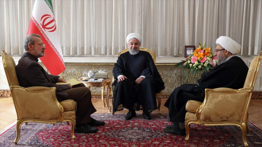 El presidente de Irán, Hasan Rohani (c), se reúne con los jefes de poderes Legislativo y Judicial del país persa en Teherán (capital), 10 de noviembre de 2018.