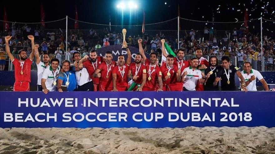 La selección nacional de Irán de fútbol playa se corona campeona de la Copa Intercontinental, Dubái, 10 de noviembre de 2018.