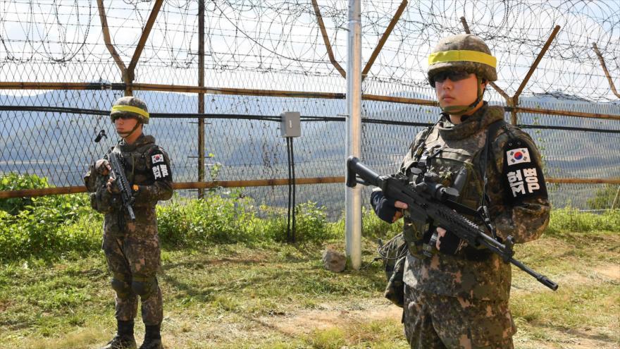 Soldados surcoreanos montan guardia en la Zona Desmilitarizada (DMZ, por sus siglas en inglés) que divide las dos Coreas, 2 de octubre de 2018. (Foto: AFP)