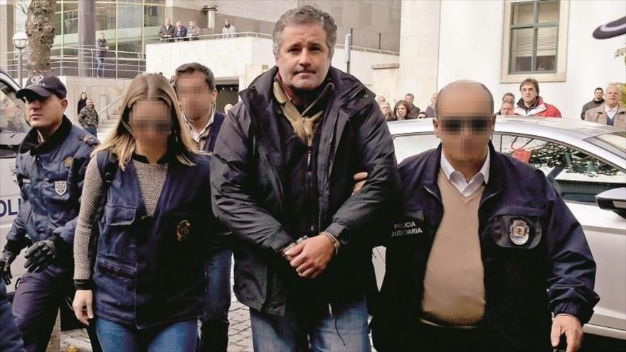 Policía portuguesa custodia al expresidente de Sporting Club Portugal de Lisboa Bruno de Carvalho tras su detención, 11 de noviembre de 2018.