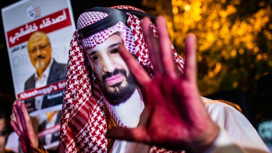 Manifestantes llevan foto del príncipe heredero saudí y Jamal Khashoggi frente al consulado saudí en Estambul, 25 de octubre de 2018. (Foto: AFP)