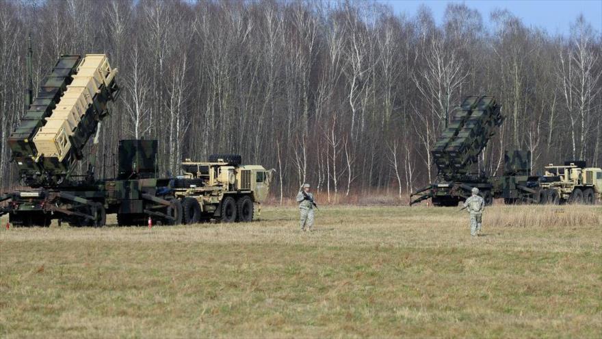 Militares estadounidenses instalan un sistema de misiles antiaéreos Patriot en Sochaczew, en el centro de Polonia, 21 de marzo de 2015.
