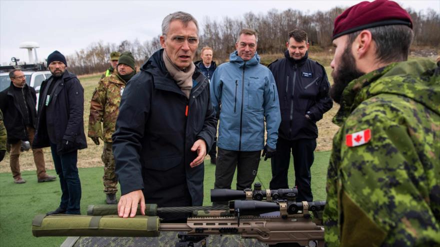 El secretario general de la Organización del Tratado del Atlántico Norte (OTAN), Jens Stoltenberg, se reúne con soldados de Canadá, 30 de octubre de 2018.