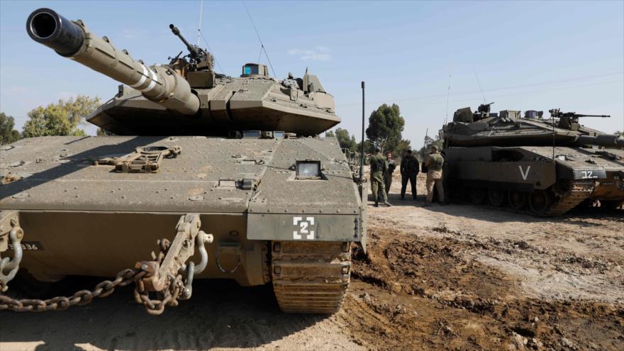Soldados israelíes se reúnen alrededor de tanques Merkava a lo largo de la frontera con la asediada Franja de Gaza, 13 de noviembre 2018. (Foto: AFP)