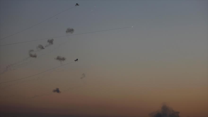La foto muestra el momento en que el sistema antimisiles israelí Cúpula de Hierro intercepta misiles de HAMAS, 12 de noviembre de 2018. (Foto: AFP)