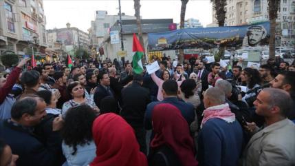 Palestinos celebran victoria; colonos israelíes queman neumáticos