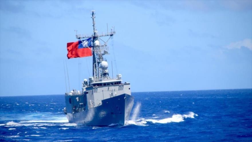Una de las dos fragatas estadounidenses recién entregadas de la clase Perry a Taiwan surca las aguas costeras de esta isla.