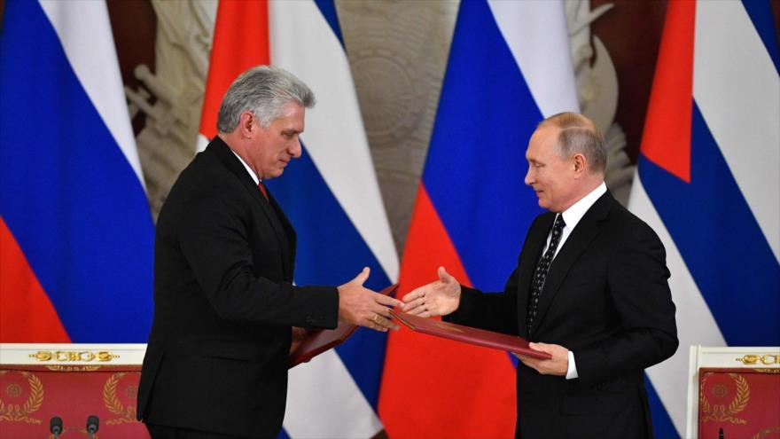El presidente ruso, Vladimir Putin (dcha.), y su homólogo cubano, Miguel Díaz-Canel, (izda.) en Moscú, 2 de noviembre de 2018. (Foto: AFP)