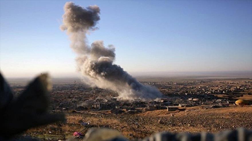 Aviones de combate de la coalición anti-EIIL, liderados por EE.UU., bombardean la zona civil de la ciudad de Al-Sousa, en el sureste de Deir Ezzor.