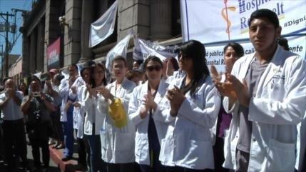 Médicos de Guatemala protestan por bajos salarios