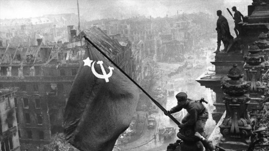 Fotos que sacuden al mundo: Escalando la Columna de la Victoria de Berlín