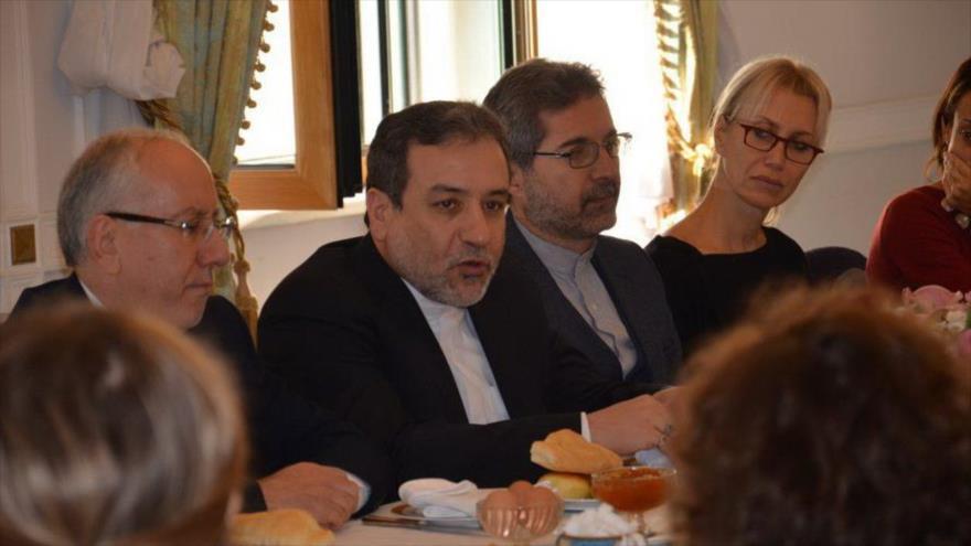 El vicecanciller de Irán para Asuntos Políticos, Seyed Abás Araqch, habla durante una reunión.