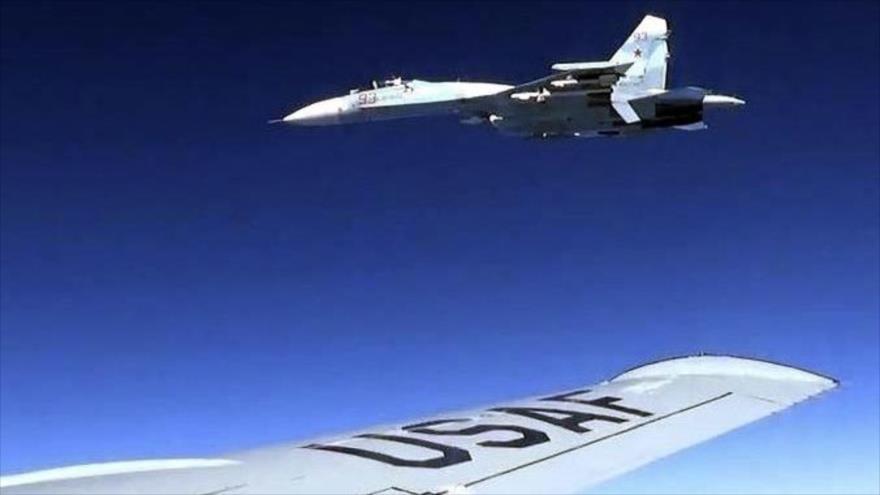 Un Su-27 del Ejéricto de Rusia intercepta a un avión militar de EE.UU. sobre el mar Báltico, junio de 2017.
