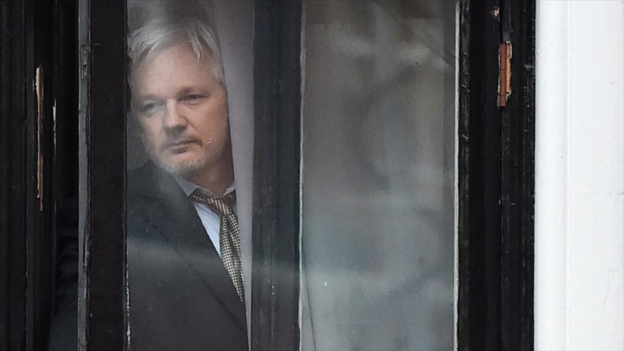 El fundador de Wikileaks, Julian Assange, sale al balcón de la embajada ecuatoriana en Londres, 5 de febrero de 2016. (Foto: AFP)