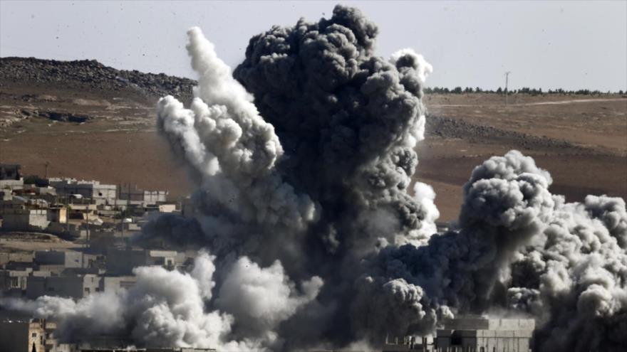 Momento del ataque aéreo de la coalición anti-Daesh en territorio sirio.
