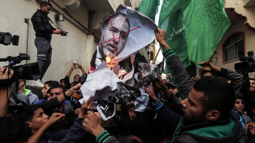 Palestinos festejan dimisión del ministro israelí de asuntos militares, Avigdor Lieberman, y queman su foto, Gaza, 14 de noviembre de 2018. (Foto: AFP)