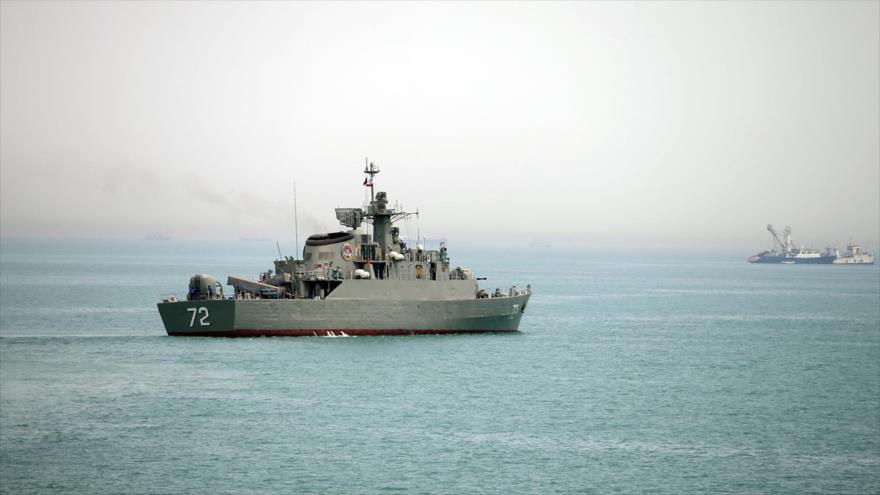 El buque de guerra iraní Alborz se prepara para abandonar las aguas de Irán en el estrecho de Ormuz, 7 de abril de 2015. (Foto: Fars)