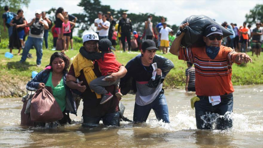 Migrantes salvadoreños cruzan el río Suchiate, entre México y Guatemala, en su viaje en una caravana hacia EE.UU., 2 de noviembre de 2018. (Foto: AFP)