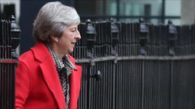 May advierte de que expulsarla del cargo afectaría al 'Brexit'