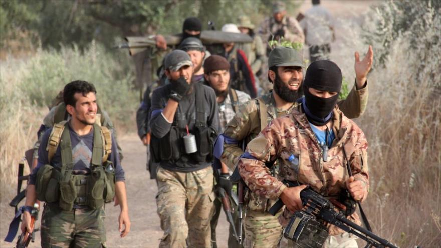 Miembros de un grupo rebelde sirio apoyado por EE.UU. entran en la región de Ariha, ubicada en la ciudad siria de Idlib.