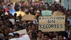 Universitarios ecuatorianos protestan por recortes a la educación