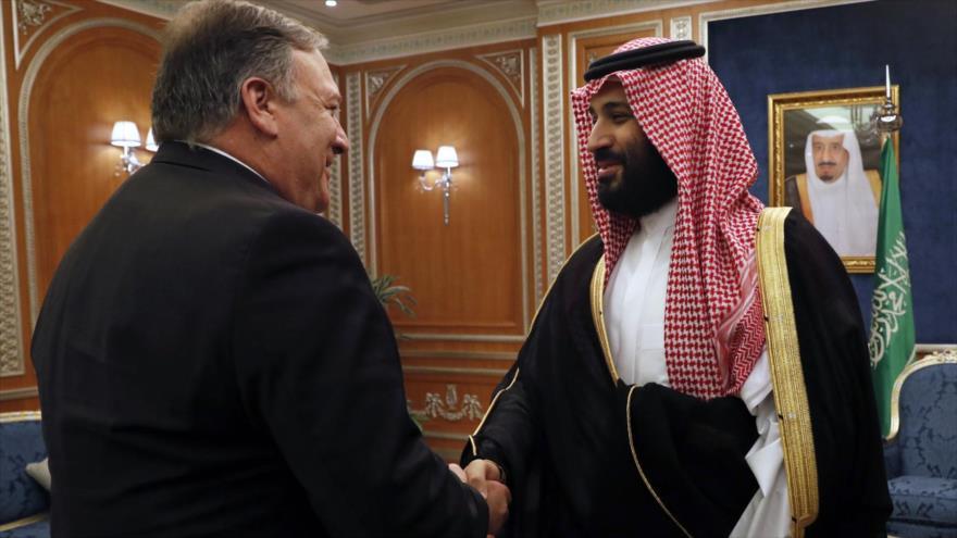 El secretario de Estado de EE.UU., Mike Pompeo, junto a príncipe heredero saudí, Muhamad bin Salman, 16 de octubre de 2018. (Foto: AFP).