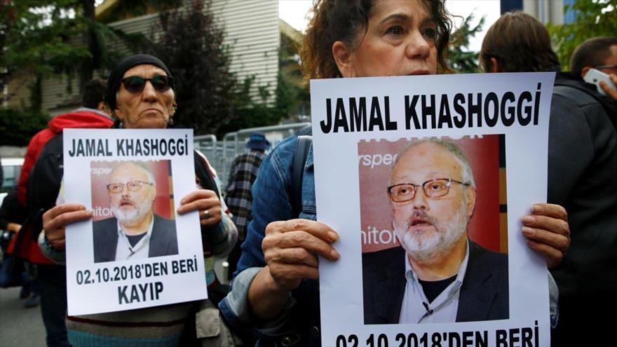 Activistas sostienen fotos del periodista saudí Jamal Khashoggi durante una protesta en Estambul (Turquía), 9 de octubre de 2018. (Foto: Reuters)
