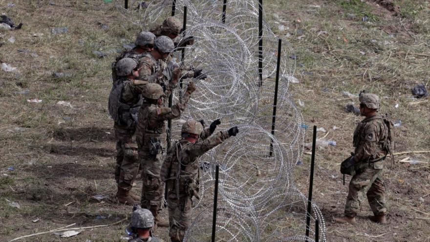 Soldados de EE.UU. colocan alambradas cerca del Puente Internacional McAllen-Hidalgo, estado de Texas, fronterizo con México, 2 de noviembre de 2018.