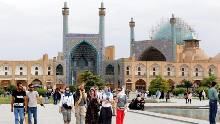 Turistas extranjeros en la histórica ciudad de Isfahán, en el centro de Irán, 29 de octubre de 2018. (Foto: AFP)