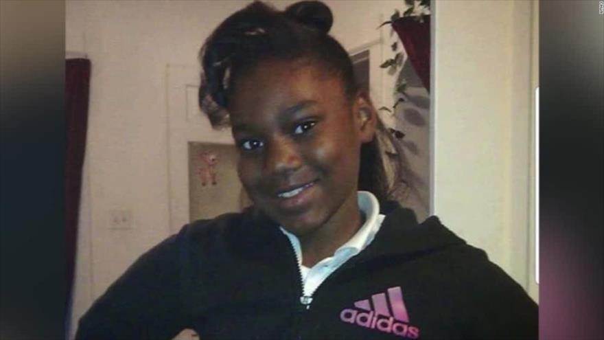 Sandra Parks, niña de 13 años premiada por su ensayo contra las armas, muere tras recibir una bala en Milwaukee (EE.UU.).