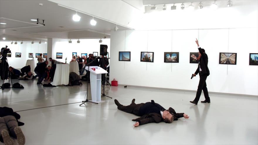 El embajador ruso en Turquía, Andrei Karlov, asesinado en una galería de arte en Ankara, 19 de diciembre de 2016. (Foto: Reuters)