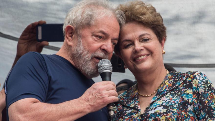 Los expresidentes brasileños Luiz Inácio Lula da Silva (dcha.) y Dilma Rousseff durante un acto público en Sao Paulo, 7 de abril de 2018.