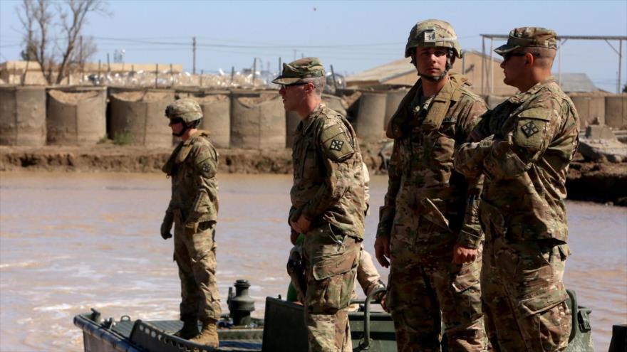 Soldados estadounidenses se desplazan hacia una base militar en Irak.