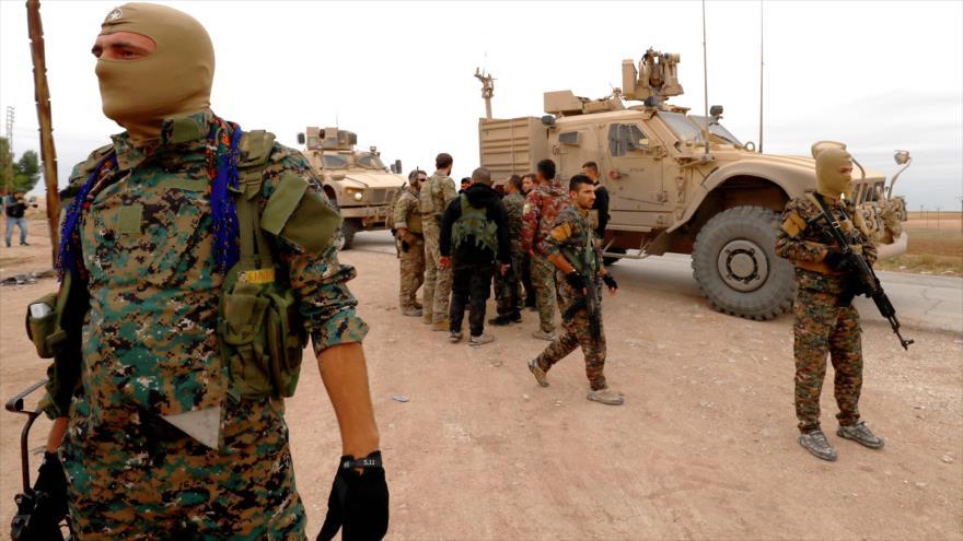 Miembros de Fuerzas Democráticas Sirias (FDS), junto a soldados de EE.UU. en Deir Ezzor, Siria, 4 de noviembre de 2018. (Foto: AFP)