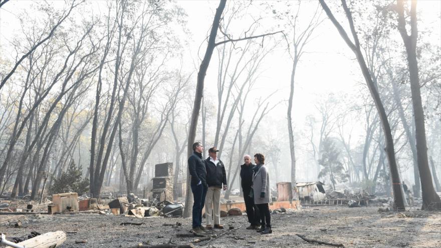 El presidente de EE.UU., Donald Trump (2.º por la izda.), ve los efectos de los fuegos de California (suroeste), 17 de noviembre de 2018. (Foto: AFP)