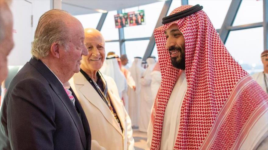 El rey emérito de España, Juan Carlos I (izda.), saluda al príncipe heredero saudí, Muhamad bin Salman, en Abu Dabi, 25 de noviembre de 2018.