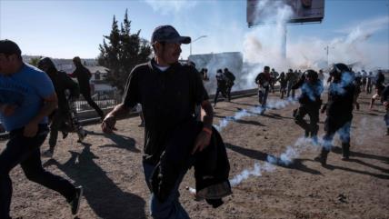 Caravana de migrantes intenta saltar valla fronteriza México-EEUU