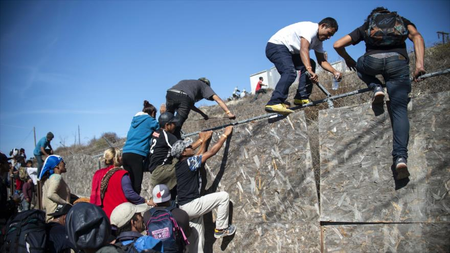 'México deportará a 500 migrantes que burlaron valla fronteriza'