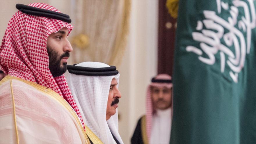 El príncipe heredero saudí, Muhamad bin Salman (izda.) y el rey bareiní, Hamad bin Isa Al Jalifa, Manamá, 25 de noviembre de 2018. (Foto: AFP)