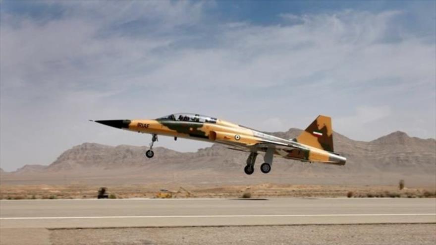 El primer avión de combate nacional iraní, llamado Kosar, realiza un vuelo de prueba.