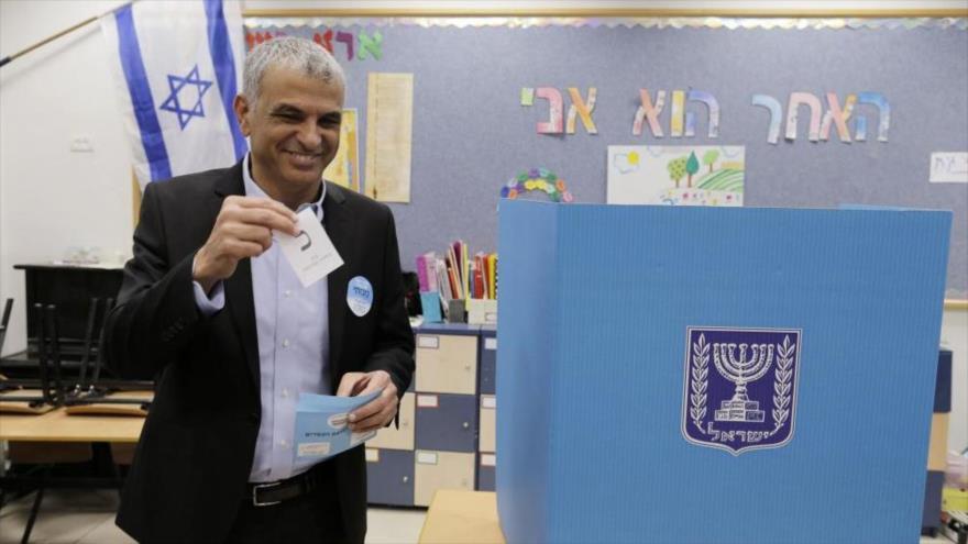 Moshe Kahlon, líder del partido Kulanu, en un colegio electoral durante las elecciones legislativas, 17 de marzo de 2015.