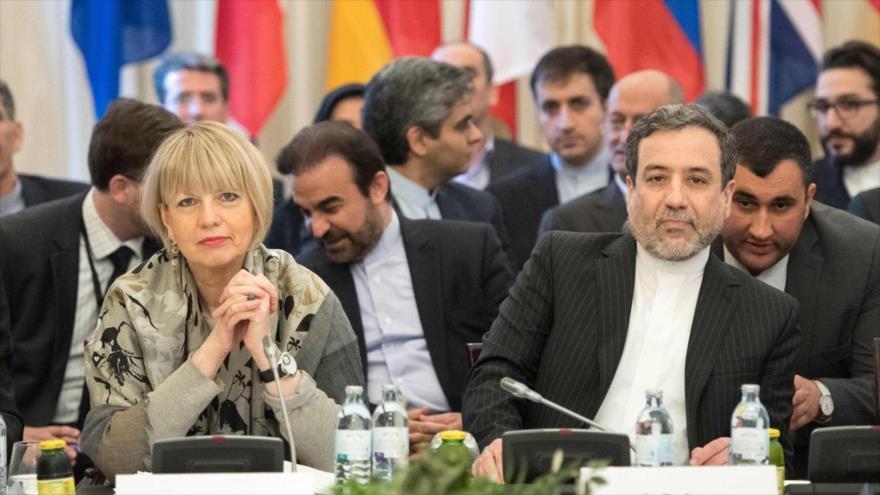 El vicecanciller de Irán, Seyed Abás Araqchi, y la subjefa de la Política Exterior de la UE, Helga Schmid, en Austria, 16 de marzo de 2018. (Foto: AFP)