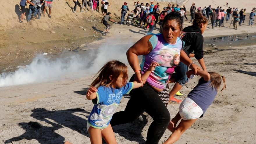 Migrantes huyen mientras fuerzas de EE.UU. lanzan gas lacrimógeno para dispersarlos en la frontera con México, 25 de noviembre de 2018. (Foto: Reuters)