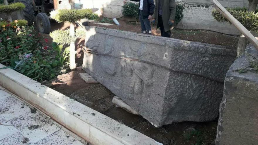 Una de las piezas arqueológicas halladas en el poblado de Al-Gizah, en la provincia de Daraa, suroeste de Siria, 27 de noviembre de 2018.