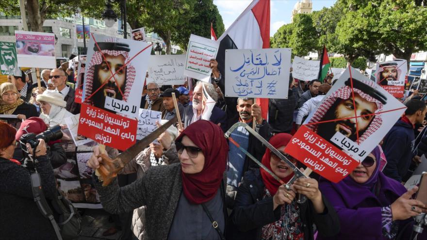 El príncipe heredero saudí recibido con protestas en Túnez