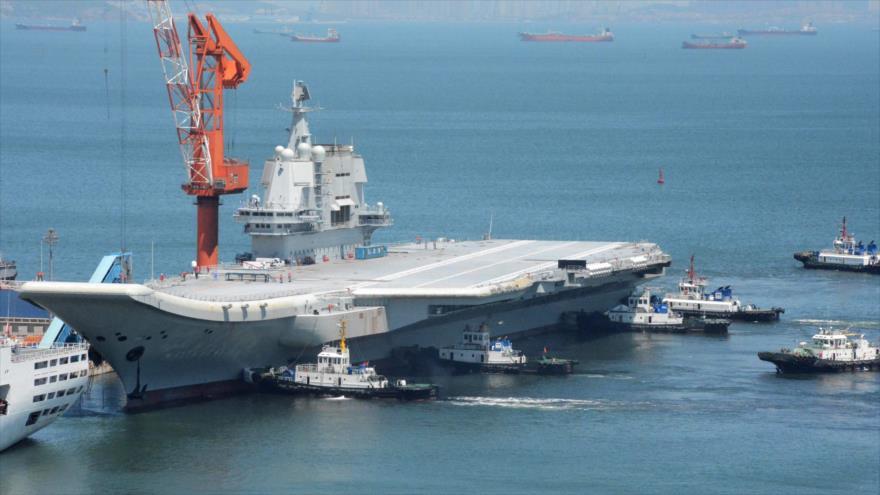 El primer portaaviones chino, conocido como Tipo 001A, regresa a Dalian (China) después de su primer ensayo en el mar, 18 de mayo de 2018. (Foto: AFP)