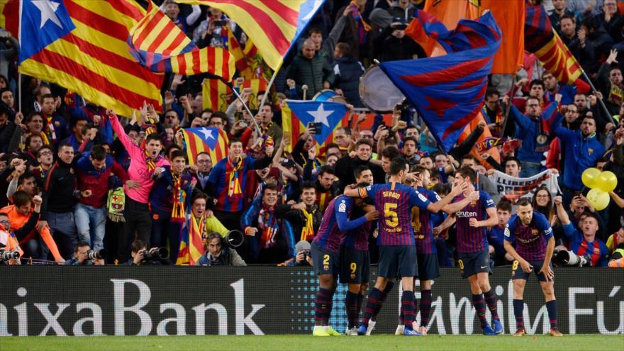 Los jugadores del equipo F.C. Barcelona festejan su gol ante el Real Madrid, en un partido de La Liga española, 28 de octubre de 2018. (Foto: AFP)