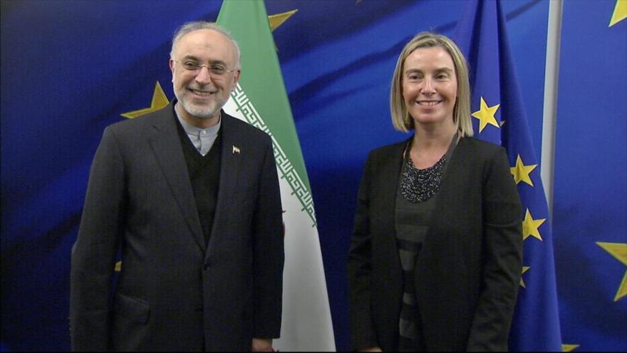 La jefa de Diplomacia europea, Federica Mogherini, y el director de la Organización de Energía Atómica de Irán, Ali Akbar Salehi, en Bélgica, 27 de noviembre de 2018.
