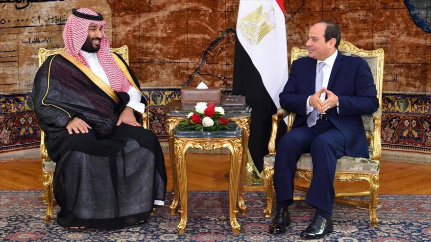 El príncipe heredero saudí, Muhamad bin Salman (izq.), y el presidente egipcio, Abdel Fatah al-Sisi (dcha.), en El Cairo, 27 de noviembre de 2018. (Foto: AFP)