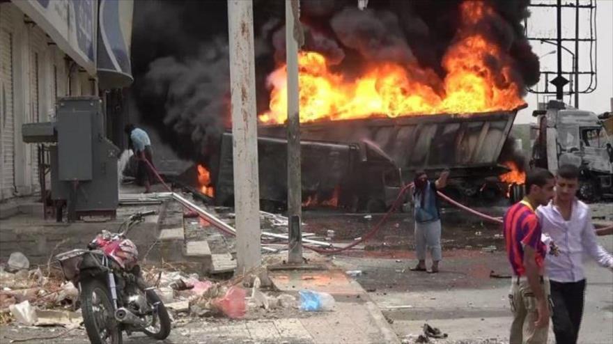 Bombardeo de la aviación saudí destruye un camión en el puerto de Al-Hudayda, en el oeste de Yemen.